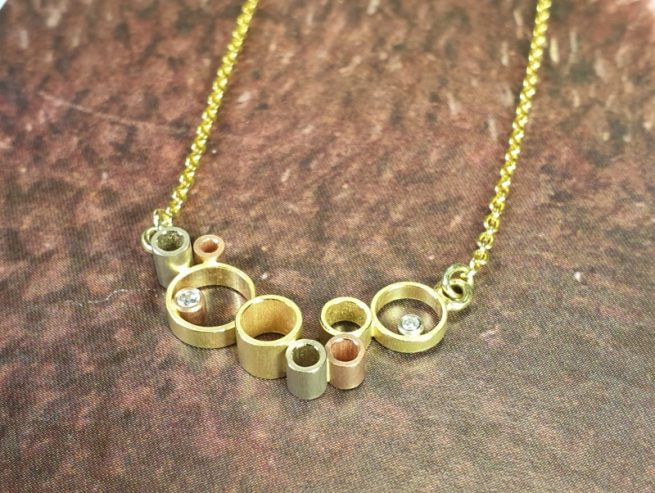 Gouden 'Wolk' collier met diamantjes. Ontwerp van Oogst goudsmid Amsterdam. Uit de Amorf vs Kristallijn collectie.