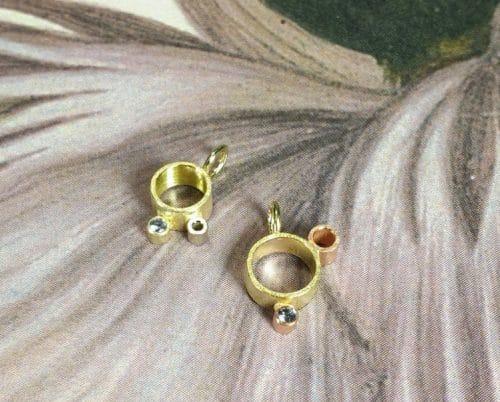 Geelgouden Wolk hangers - lichtpuntje met blauwe spinel. Ontwerp van goudsmid Oogst Gouden 'Wolk' oorbellen met diamantjes. Ontwerp van Oogst goudsmid Amsterdam. Uit de Amorf vs Kristallijn collectie.