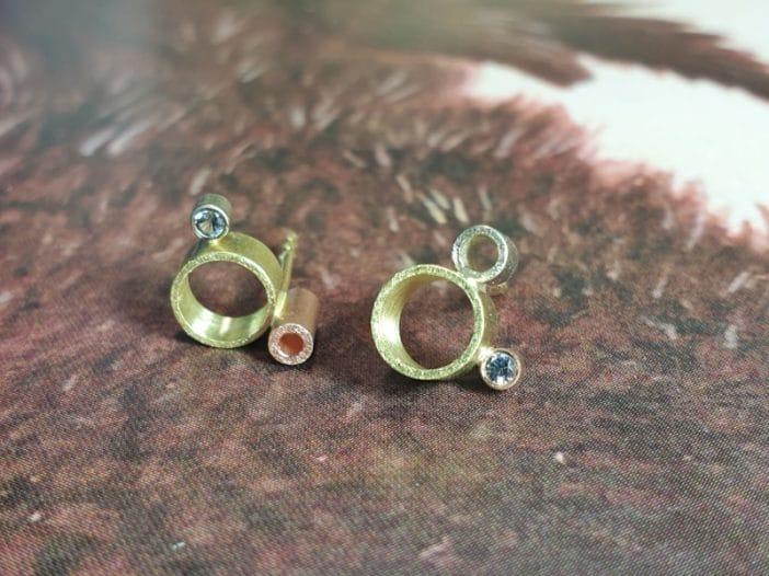 Gouden 'Wolk' oorbellen met diamantjes. Ontwerp van Oogst goudsmid Amsterdam. Uit de Amorf vs Kristallijn collectie.