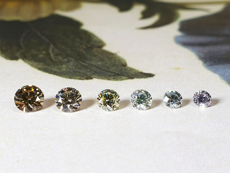 Briljant geslepen diamanten in verschillende natuurlijke kleuren.