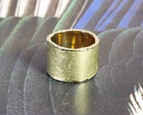 Brede 'Erosie' ring , van eigen goud vervaardigd. Ontwerp van Oogst goudsmeden in Amsterdam