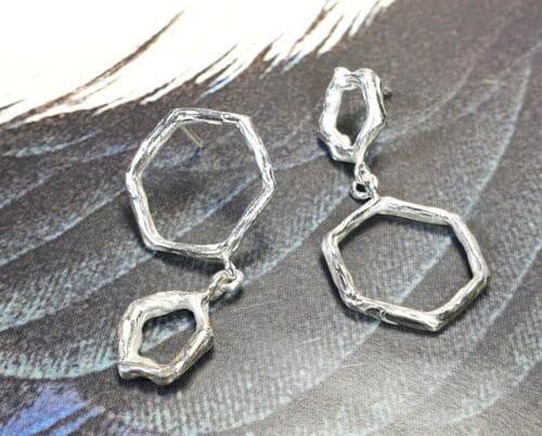 Zilveren oorsieraden 'Hoekig en Amorf'. Ontwerp uit de Amorf vs Kristallijn collectie van goudsmid Oogst in Amsterdam