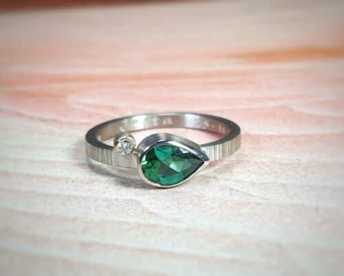 Witgouden 'Verzameling' ring met een peervormige groene toermalijn en een diamant. Ontwerp van goudsmid Oogst in Amsterdam