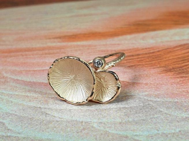 Roodgouden 'Zwammen' ring met diamant. ontwerp van Oogst goudsmid in Amsterdam