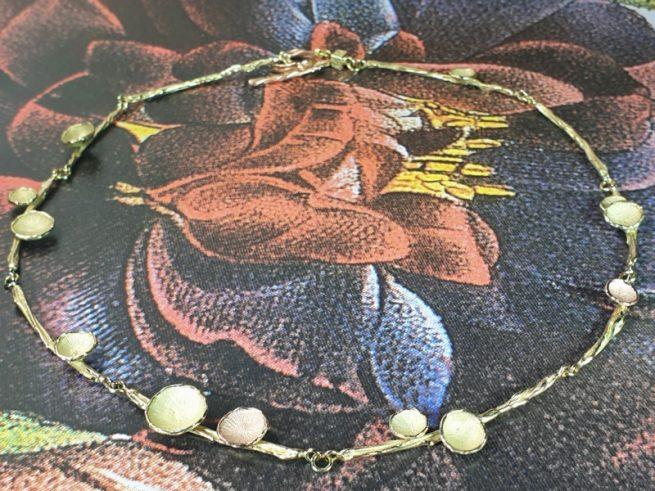 Geelgouden collier 'Twist' met zwammetjes in roodgoud en geelgoud. Ontwerp van Oogst goudsmid in Amsterdam uit de Amorf vs Kristallijn collectie.