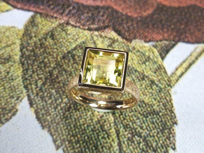 Roségouden 'Carré' ring met lemon quartz. Ontwerp van Oogst gudsmeden in Amsterdam