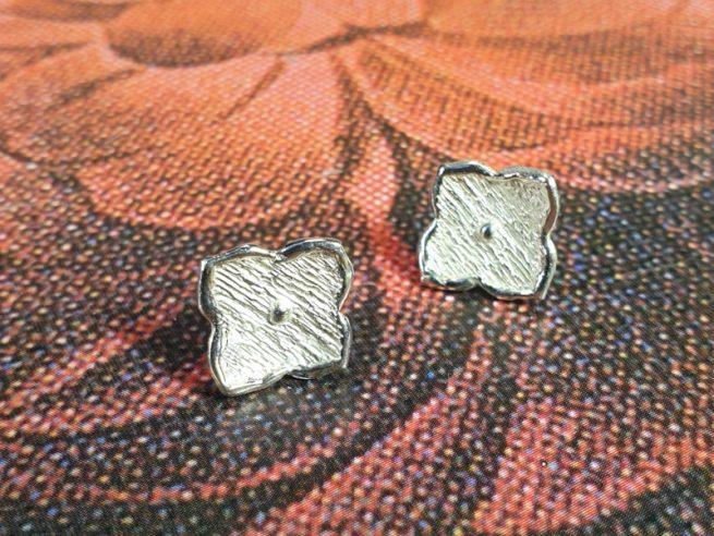 Zilveren 'Kamon' oorstekers. Ontwerp uit de Japonais collectie van goudsmid Oogst in Amsterdam.