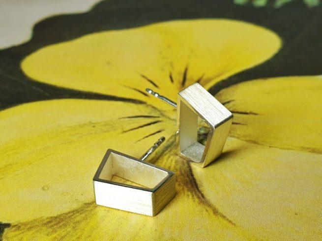 Zilveren oorsieraden 'Torii'. Ontwerp van goudsmid Oogst uit de Japonais collectie