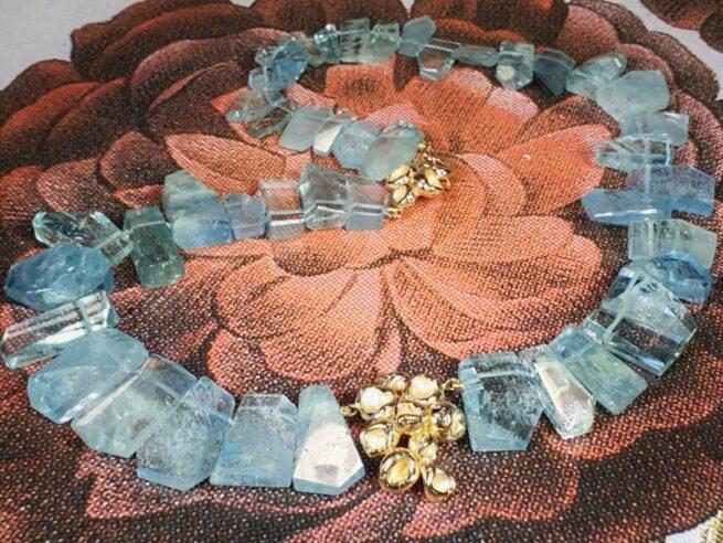 Collier 'Perziken' aquamarijn kristallen en roségoud. Ontwerp van Oogst goudsmid in Amsterdam uit de Amorf vs Kristallijn collectie.