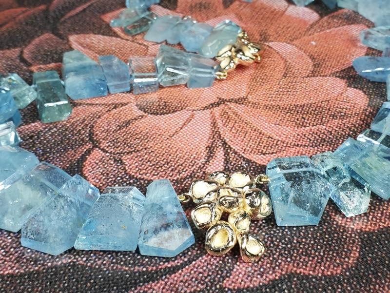 Collier 'Perziken' aquamarijn kristallen en roségoud. Ontwerp van Oogst goudsmid in Amsterdam uit de Amorf vs Kristallijn collectie. Handgemaakte sieraden Colliers