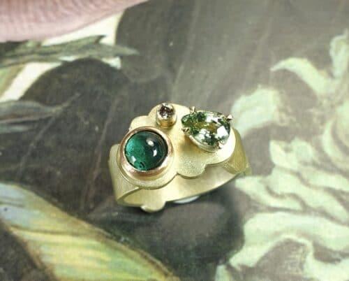 Geelgouden ring 'Wolk' met toermalijn, diamant en saffier. Ontwerp uit de Amorf vs Kristallijn collectie van goudsmid Oogst in Amsterdam