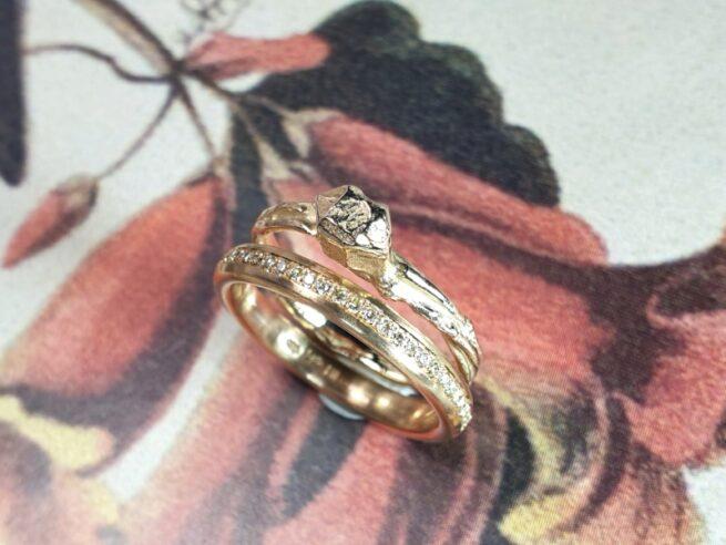 Geelgouden ring 'Twist & Kristal'. Ontwerp uit de Amorf vs Kristallijn collectie van goudsmid Oogst in Amsterdam. En Ring 'Eenvoud' met pavé gezet diamant rondom.