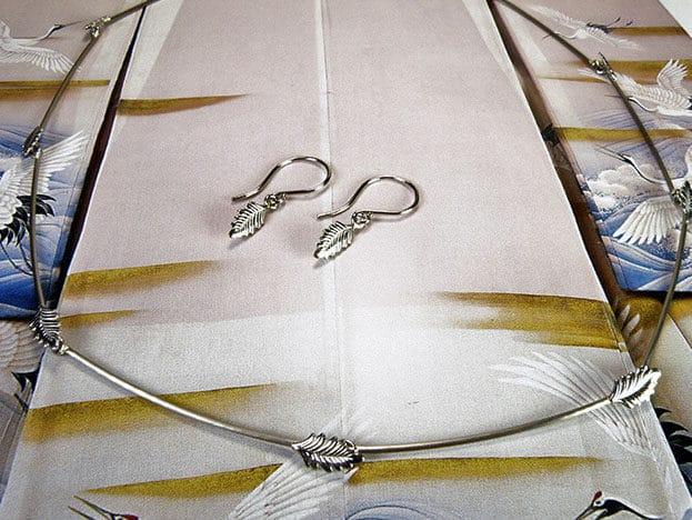 Witgouden collier Blladjes en oorsieraden. White gold necklace and earrings Leafs. Oogst goudsmid Amsterdam Bridal jewellery. Bruidssieraden
