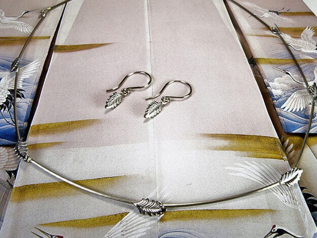 Witgouden collier Blaadjes en oorsieraden. White gold necklace and earrings Leafs. Oogst goudsmid Amsterdam Bridal jewellery. Bruidssieraden