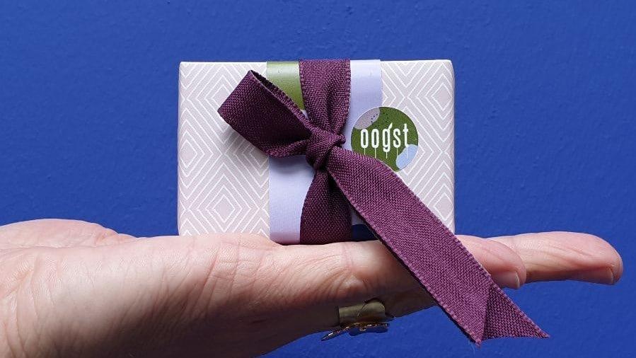 Ingepakt doosje met strik, cadeau van Oogst goudsmeden in Amsterdam