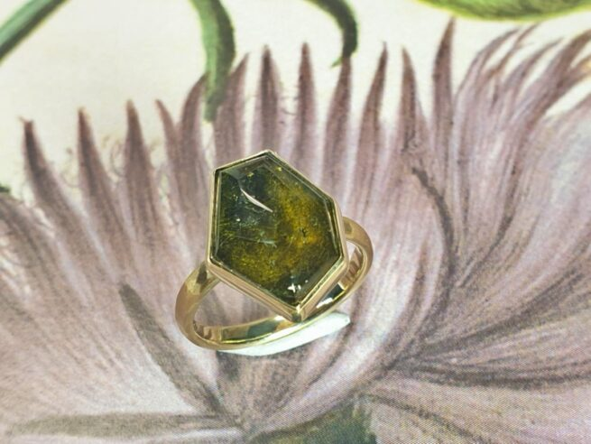Geelgouden ring met groene hoekig geslepen toermalijn, met hamerslag. uit de Ritme serie. Oogst Goudsmeden Amsterdam