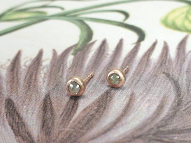 Roodgouden 'Boleet' oorbellen met natural roosgeslepen grijs groene diamant. Edelsmid Oogst.