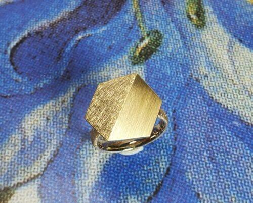 Ring Vouwen. Geelgouden gevouwen element en roségouden ring. Ontwerp van Oogst Goudsmeden.