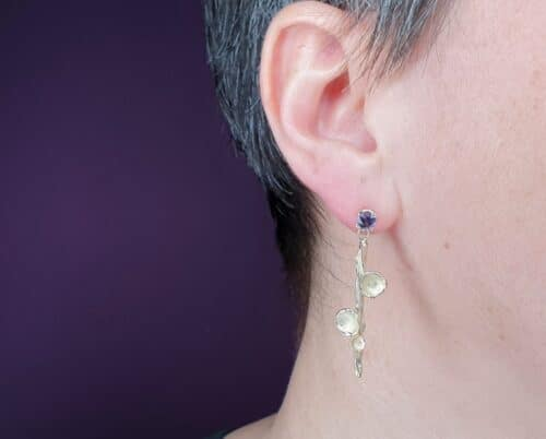 Yellow gold 'Twist & Fungus' earrings with spinel. Design by Oogst goldsmith in Amsterdam.