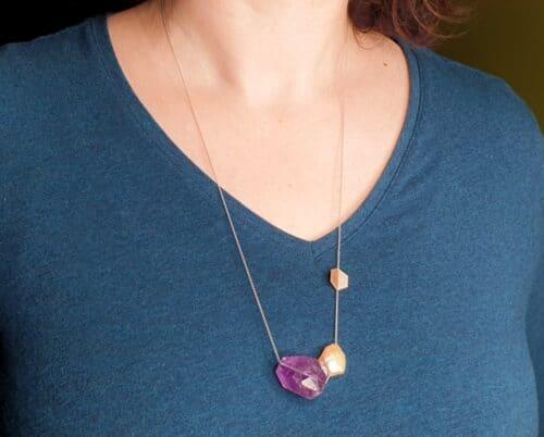Witgouden 'Vouwen' collier met keshi parel en amethist. Ontwerp uit de Amorf vs Kristallijn collectie van goudsmid Oogst in Amsterdam