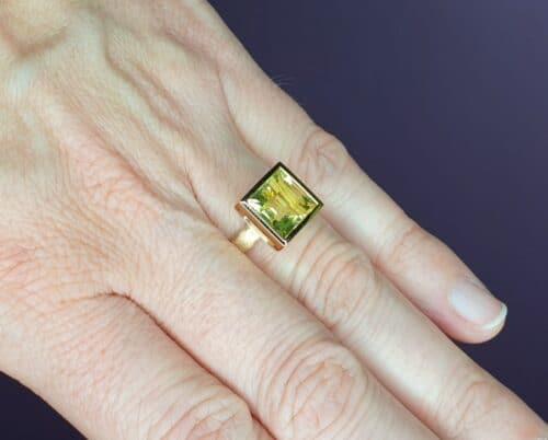 Roségouden 'Carré' ring met lemon quartz. Ontwerp van Oogst goudsmeden in Amsterdam