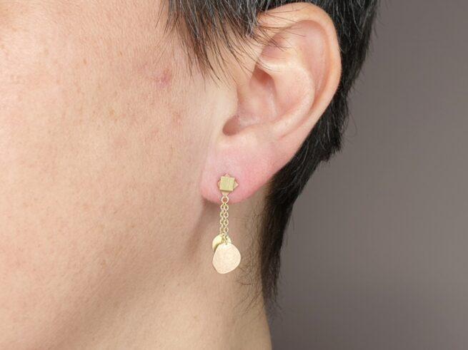 Geelgouden oorbellen 'Cellen & Moleculen' met roodgouden accenten. Ontwerp uit de Amorf vs Kristallijn collectie van goudsmid Oogst in Amsterdam
