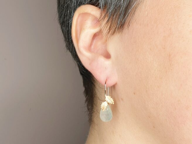 These rosé gold 'Leaves' earrings with sparkling phrenite drops have a curly hook. Design by goldmsith Oogst in Amsterdam