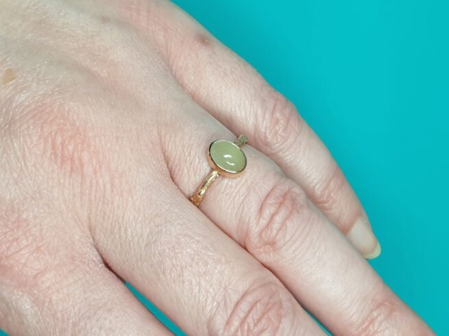 Roodgouden 'Boomgaard' ring met ovale aquamarijn. Ontwerp van edelsmid Oogst Goudsmeden