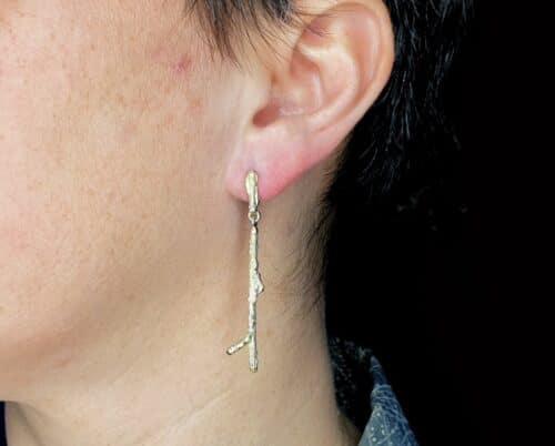 Geelgouden 'Boomgaard' oorbellen. Lange takjes. Ontwerp van Oogst goudsmid in Amsterdam