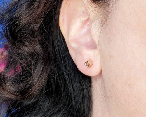 Roodgouden 'Kristallen' oorsieraden. Ontwerp uit de Amorf vs Kristallijn collectie van goudsmid Oogst