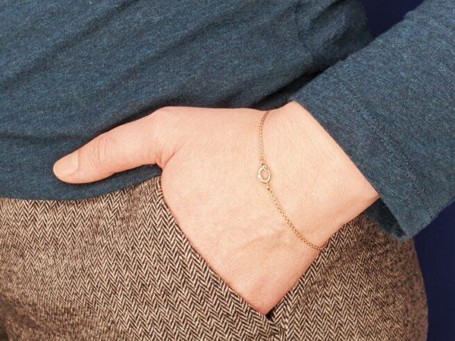 Roodgouden armband 'Amorf & Kristal' met een roodgouden zachte vorm een een geelgouden kubus. Oogst Goudsmeden.