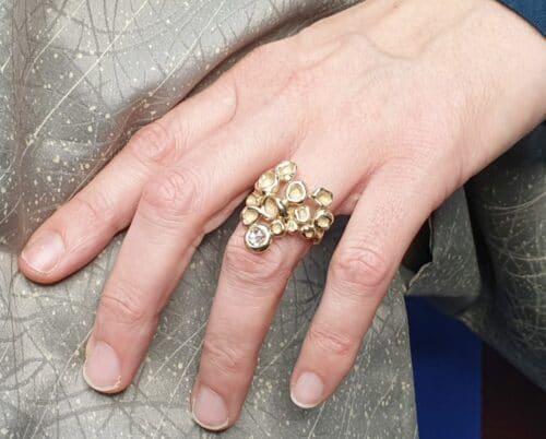 Geelgouden 'Perziken' ring met 0,49 ct roosgeslepen diamant cape. Ontwerp van Oogst goudsmid in Amsterdam voor de amorf vs Kristallijn collectie.