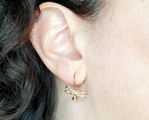 Roodgouden Libelle oorbellen. Uit de insecten serie van goudsmid Oogst in Amsterdam