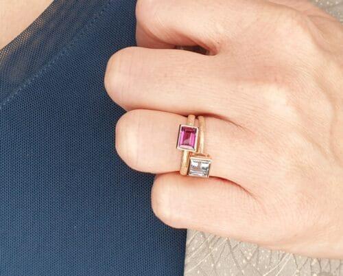 Roodgouden ring Carré aquamarijn. Roodgouden ring met rhodoliet. Oogst goudsmid Amsterdam.