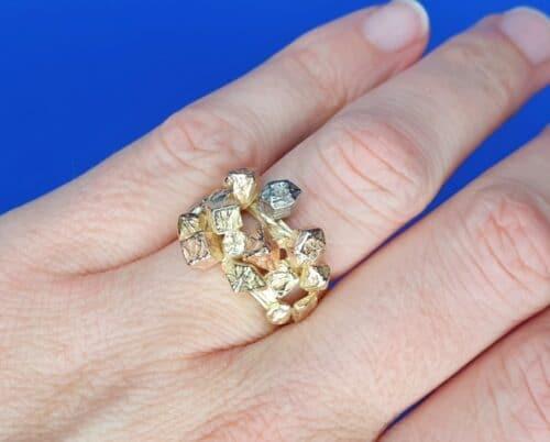 Ring 'Kristallen' in geelgoud, roodgoud, roségoud en witgoud. Uit de Amorf Kristallijn serie van goudsmid Oogst in Amsterdam