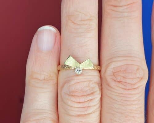 Roségouden ring 'Vouwen' met geelgouden element en bes met 0,05 ct diamant. Ontwerp van Oogst goudsmid in Amsterdam uit de Amorf vs Kristallijn collectie.