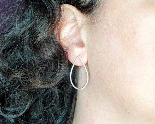 Zilveren 'Druppels' oorbellen. Uit het atelier van edelsmid Oogst.