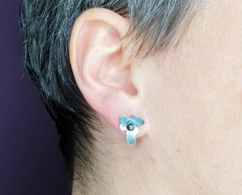 Zilveren viooltjes oorstekers met oxyd akoya parels. Design van goudsmid Oogst Amsterdam.