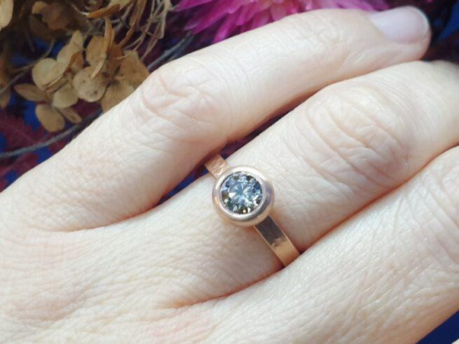 Roodgouden 'Boleet' ring met 0,90 crt bruine diamant. Uit het goudsmid atelier van Oogst.