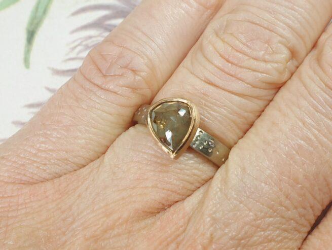 Witgouden ring 'Verzameling' met roosgeslepen druppel natural diamant in roodgoud gevat. Oogst goudsmid Amsterdam