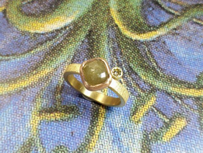 Ring 'Verzameling' met fancy kussen geslepen 1,77 ct natural diamant in een roodgouden zetting en een 0,10 ct olijf briljant geslepen diamant. Oogst goudsmeden.
