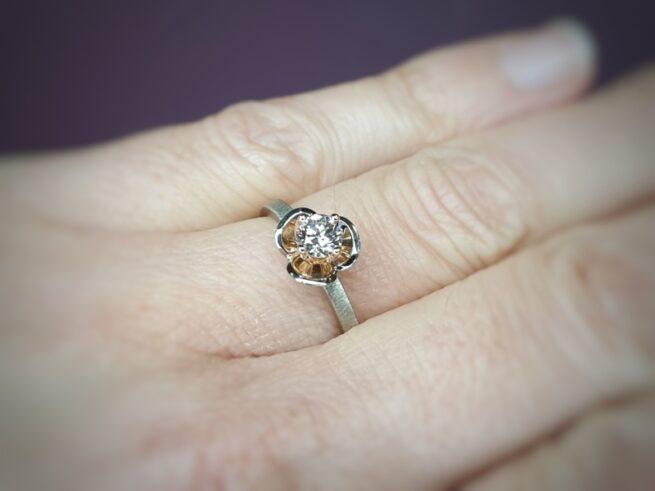Witgouden ring in bloei met 0,43 ct diamant light brown. Design van goudsmid Oogst Amsterdam