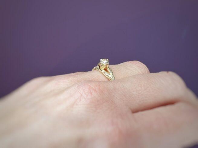 Verlovingsring geelgouden takje met diamant cape in chaton. Boomgaard. Ontwerp van Oogst Goudsmid Amsterdam