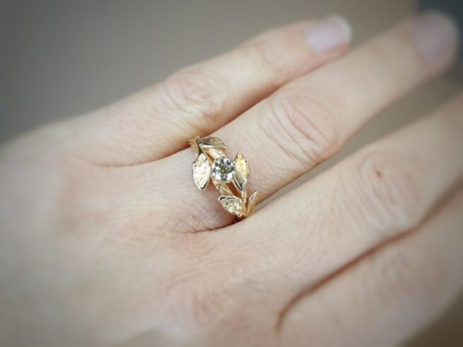 Rosé gold engagement ring with 0,40 ct brilliant cut diamond cape. With delicate Leaves. Created by Oogst amsterdam.