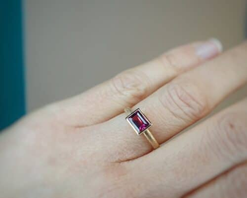 Rosé gold 'Square' ring with rhodolite. Gemstone ring by Oogst goldsmith in Amsterdam.