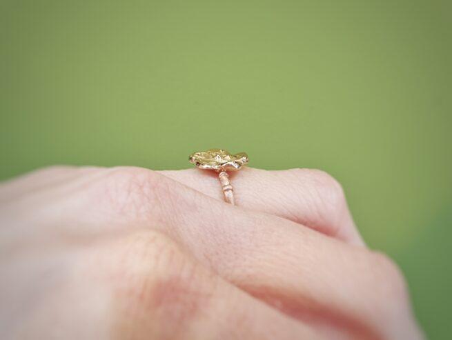 Roodgouden 'Kamon' ring met geelgouden bloem. Uit de Japonais collectie van goudsmid Oogst Amsterdam