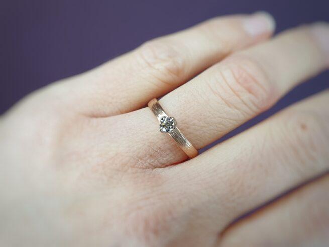 Roodgouden verlovingsring Ritme met diamant. Oogst goudsmid Amsterdam Oogst goudsmid Amsterdam