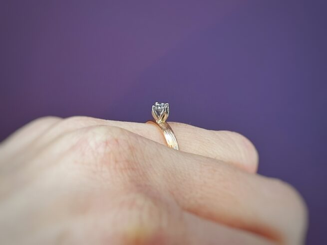 Roodgouden verlovingsring Ritme met diamant. Oogst goudsmid Amsterdam.