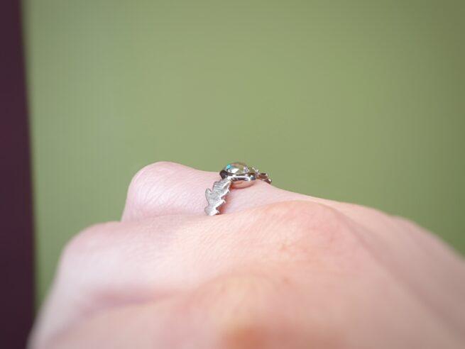Ring witgouden eikenblaadjes met 0,64 crt roosgeslepen diamant. Design van goudsmid Oogst Amsterdam.