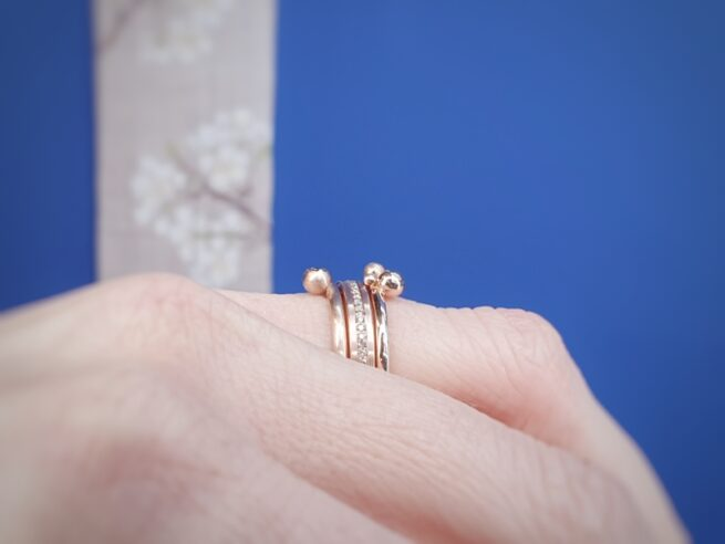 Roodgouden 'Eenvoud' ring met bruine diamanten rondom pave gezet. Oogst Goudsmeden. Aanschuifring bij 'Bessen' ringen.